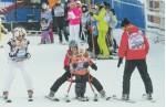 26 января в горнолыжном клубе «Кант» особым детям — участникам проекта «Лыжи мечты» помогали кататься Марат Башаров (слева) и другие известные люди. Фото Яны ВОРОТОВОВОЙ